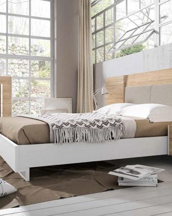 Moderna habitación de cama grande y cabezal tapizado.