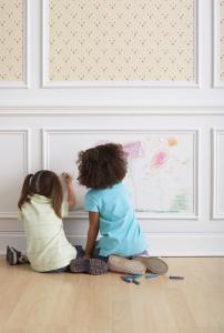 Niños y paredes blancas